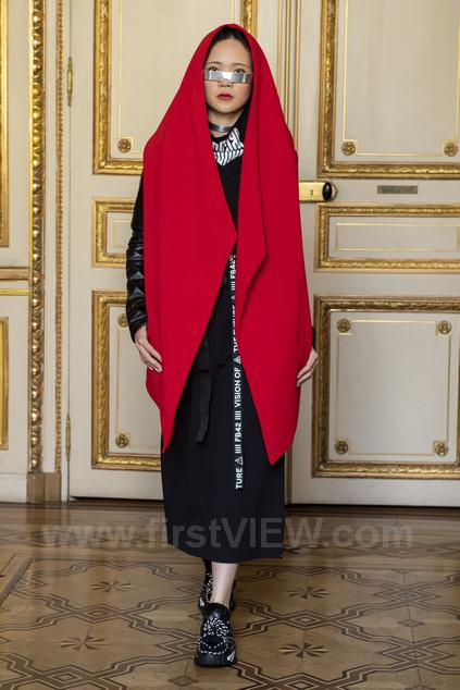 Красная мантия и кибер образ на Парижской неделе моды от Freak-butik