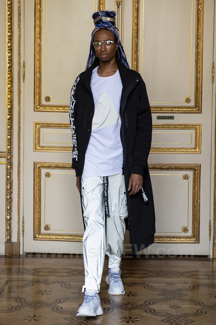 Скафандр Neptune с каллиграфией от Никиты Watchi на Парижской неделе моды 2020